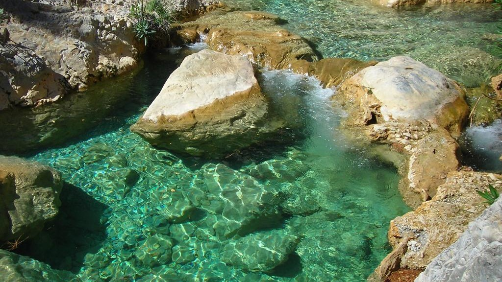 Kristallklares, türkisfblaues Wasser